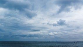 Flaumige Regenwolken im Himmel Lizenzfreie Stockfotografie