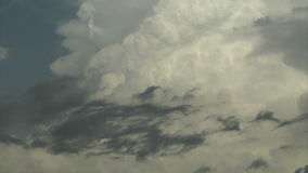 Flaumige weiße Sturmwolken im Himmel stock video
