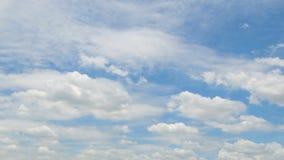 Flaumige weiße Wolke, die gegen blauen Himmel fließt stock video