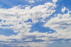 Flaumige weiße Wolken auf blauem Himmel Lizenzfreies Stockbild