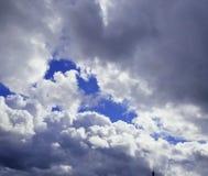 Flaumige weiße Wolken in den blauen Himmeln Stockfotografie