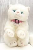Flaumige weiche weiße Miezekatze des weichen Spielzeugs Stockfotos