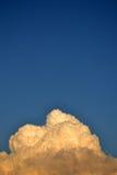 Flaumige Wolke gegen einen klaren Himmel stockbilder