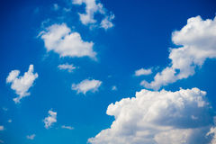 Flaumige Wolke mit blauem Himmel Stockfotos