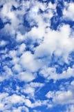 Flaumige Wolken Stockbild