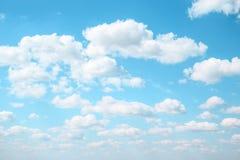 Flaumige Wolken Celestial Azure-Hintergrundes im hellblauen Himmel Lizenzfreie Stockbilder