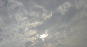 flaumige Wolken in der Himmelbedeckungssonne lizenzfreies stockfoto