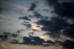Flaumige Wolken im Abendhimmel Stockbild