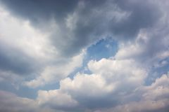 Flaumige Wolken im blauen Himmel lizenzfreies stockbild