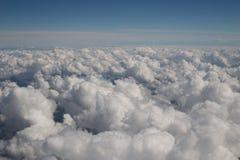 Flaumige Wolken und blaue Himmel Stockfotografie