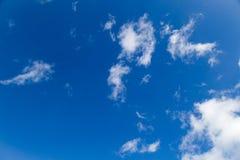 Flaumige Wolken und blauer Himmel Stockfoto