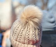 Flaumiger Pelz auf dem girl's Hut stockfotos