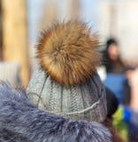 Flaumiger Pelz auf dem girl's Hut lizenzfreies stockfoto