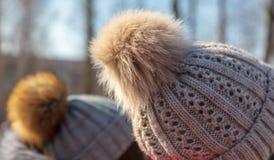 Flaumiger Pelz auf dem girl's Hut stockbilder