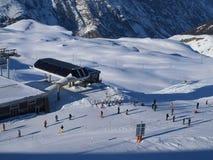 Flaumiger Schnee und WinterSkifahrer und Snowboarders Stockfotografie