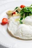 Flaumiges Eiweiß-Omelett mit rukola, Käse- und Kirschtomaten Weißer Teller Ohne Eigelb Stockbild