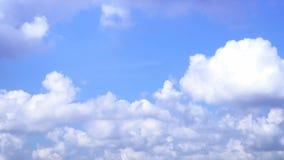 Flaumiges Wolkenfließen Zeitraffer für Hintergrund stock footage