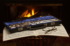 Flauta com música e vidros Foto de Stock