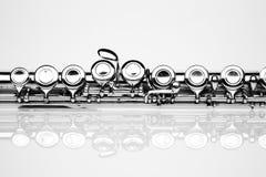 Flauta contra fondo gris Foto de archivo