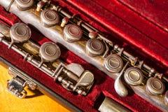 Fim-acima da flauta de bronze do vintage na caixa vermelha de veludo imagens de stock royalty free