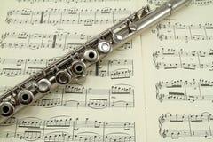 Flauta em um livro de música Fotografia de Stock