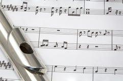 Flauta en música de hoja Foto de archivo libre de regalías