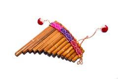Flauta - instrumento popular de Perú y de Bolivia Primer Aislado en el fondo blanco foto de archivo
