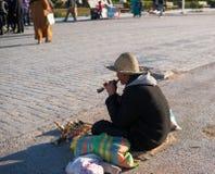 Flauta marroquina de With Wood Block do artista da rua na rua da cidade fotos de stock