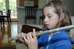 Flauta practicante de la muchacha en el país Fotografía de archivo