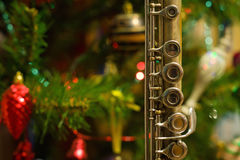 Flauta vieja cerca de un árbol del Año Nuevo Foto de archivo