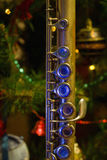 Flauta vieja cerca de un árbol del Año Nuevo Imagenes de archivo