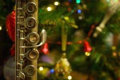 Flauta vieja cerca de un árbol del Año Nuevo Fotografía de archivo