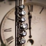 Flauta vieja cerca de un reloj del Año Nuevo Fotografía de archivo libre de regalías
