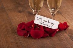 Flauta y regalo de champán al día de tarjetas del día de San Valentín Foto de archivo libre de regalías