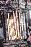 Flautas de bambu feitas sob medida diferentes em seguido Fotos de Stock