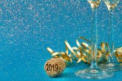 Flautas de champán en fondo azul del día de fiesta Fotos de archivo