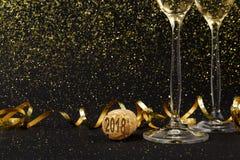 Flautas de champán en fondo negro del día de fiesta Imagenes de archivo