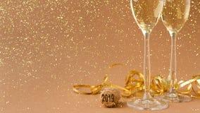Flautas de champán en fondo de oro del día de fiesta Fotos de archivo