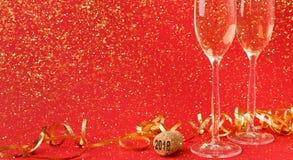 Flautas de champán en fondo rojo del día de fiesta Imagen de archivo libre de regalías