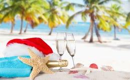 Flautas de champán en la playa soleada Foto de archivo