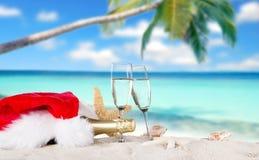Flautas de champán en la playa soleada Imágenes de archivo libres de regalías