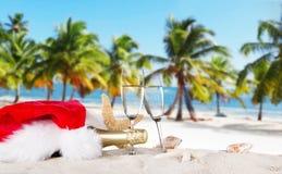 Flautas de champán en la playa soleada Fotos de archivo