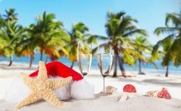 Flautas de champán en la playa soleada Imagen de archivo libre de regalías