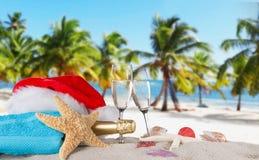 Flautas de champán en la playa soleada Fotografía de archivo