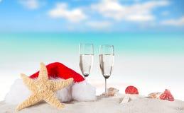 Flautas de champán en la playa soleada Fotografía de archivo libre de regalías