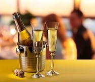 Flautas de champán y botella enfriada Fotografía de archivo libre de regalías