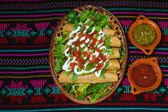 Flautas de pollo炸玉米饼和辣调味汁自创食物墨西哥人墨西哥城 图库摄影