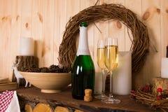 Flautas e garrafa do champanhe Foto de Stock Royalty Free