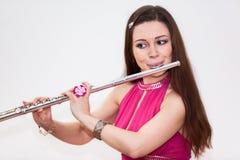 Flautista caucasiano novo da mulher que joga na flauta, fotografia de stock royalty free