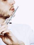 Flautista de sexo masculino que juega su primer de la flauta Imagen de archivo libre de regalías